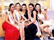Hồng Diễm (thứ hai từ phải sang) và các thí sinh ở cuộc thi.