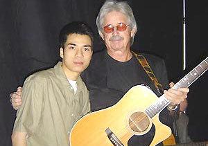 Nguyễn Xinh Xô chụp chung với ca sĩ Lobo.