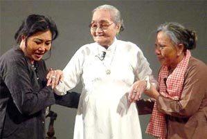 NSƯT Kim Cương (trái) và mẹ - NSND Bảy Nam (giữa) trong đêm diễn