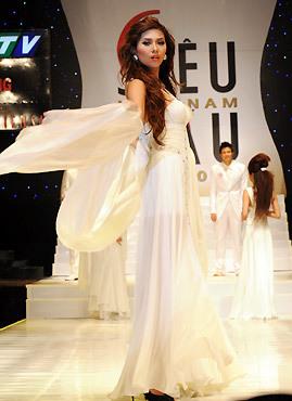 Hoàng Yến trong trang phục dạ hội.