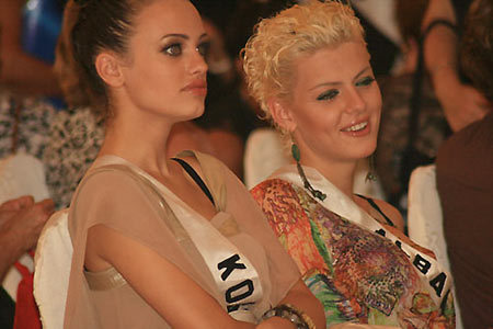 Miss Kosovo - Serbia và Miss Albania.