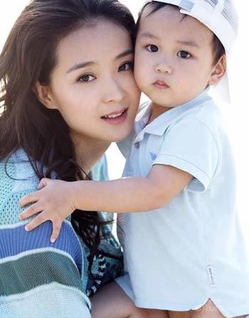 Vương Diễm và cậu con trai 2 tuổi. Ảnh: 163.