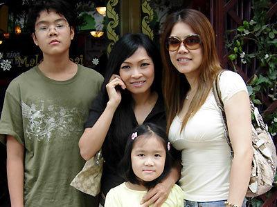Sau 5 chờ đợi, ca sĩ Thu Phương được đoàn tụ với 2 con của mình. Ảnh: Oneviet.