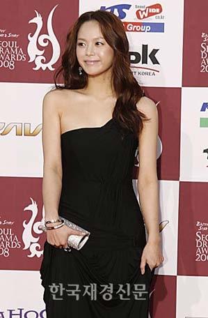 Diễn viên Lee Young Ah đến dự Giải thưởng phim truyền hình Seoul. Ảnh: Drama.