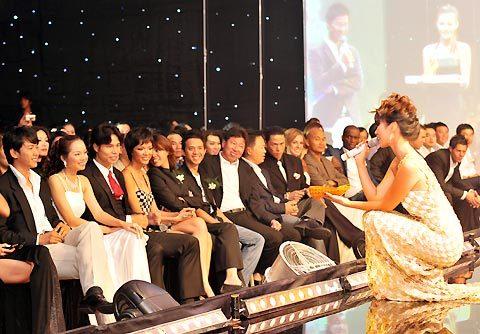 Siêu mẫu ngồi cả xuống sàn để chào mời khán giả trả cao giá cho đôi giày.