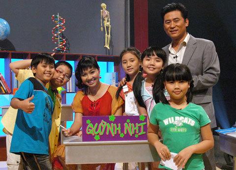 Lê Khánh bên các học sinh lớp 5 cùng dự cuộc chơi.