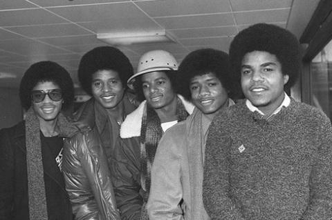Michael Jackson khi mới bắt đầu sự nghiệp cùng các anh trai.