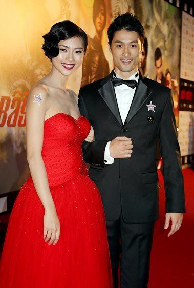 Cặp đôi Ngô Thanh Vân, Johnny Trí Nguyễn rạng rỡ trong buổi lễ ra mắt phim. Ảnh: Ngô Thoại Điền.
