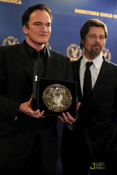 Brad và Angelina cùng chụp ảnh với Quentin Tarantino. Ảnh: JustJared.