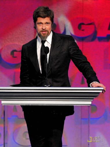 Brad trên sân khấu DGA. Ảnh: JustJared.