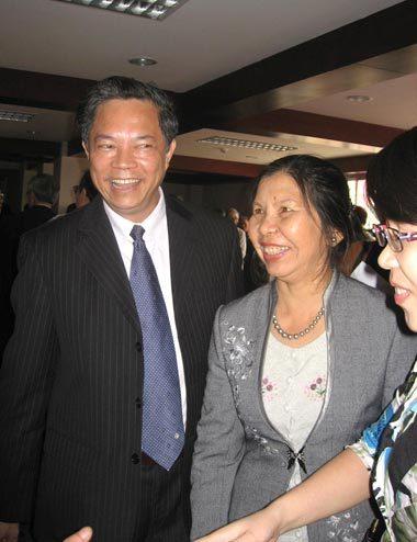 Nhà phê bình Đinh Quang Tốn chia sẻ niềm vui với người thân sau khi nhận giải thưởng.