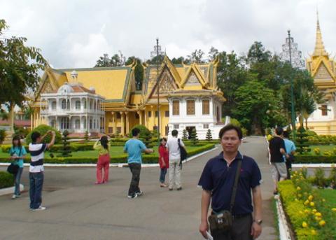 Anh Nguyễn Hữu Đán trong một chuyến công tác ở Campuchia. Ảnh nhân vật cung cấp.
