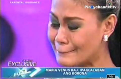 Người đẹp khóc trong cuộc phỏng vấn với Pinoy. Ảnh chụp từ clip.