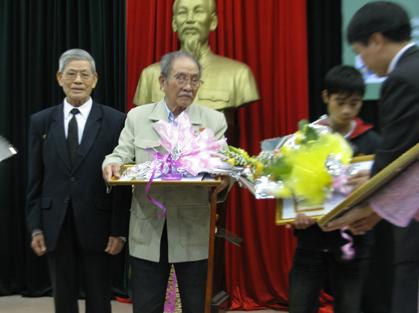 Ban tổ chức trao giải cho các tác giả.