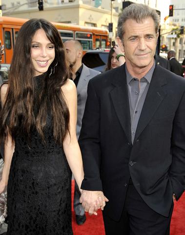 Mel Gibson và bạn gái Oksana Grigorieva. Ảnh: Kevin Winter.