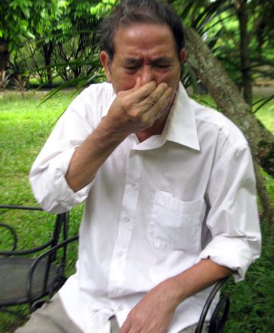 ... và nước mắt Lê Lựu. Ông bụm miệng khóc khi nhắc đến cô con gái hiếu thảo.