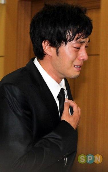 So Ji Sub khóc thương người bạn cùng tuổi Park Yong Ha tại bệnh viện St. Mary ở Seoul. Ảnh: SPN.