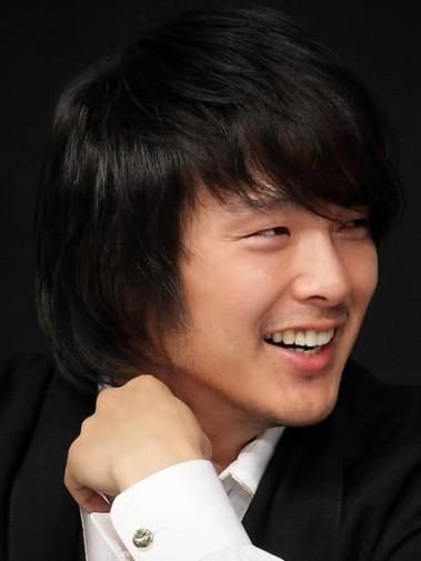 Trước khi chết, Park Yong Ha gọi điện cho 2 người bạn, nói chuyện vui vẻ khiến họ không thể đoán biết anh có ý định tự tử. Ảnh: Allkpop.