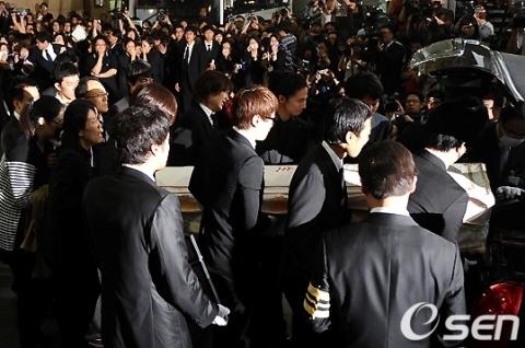 Những người bạn chuyển thi hài Park Yong Ha vào xe. Từ bệnh viện St Mary ở Seoul, Kangnam, nam diễn viên sẽ được đưa đến Khu Tưởng niệm ở