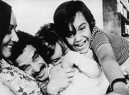 Marquez cùng vợ và hai con trai trong những năm 1960. Ảnh: Ibna.