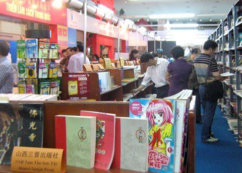 Gian hàng sách Trung Quốc thu hút độc giả tham quan.