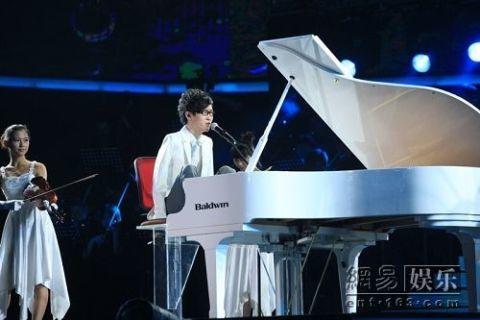 Lưu Vĩ biểu diễn đêm chung kết.