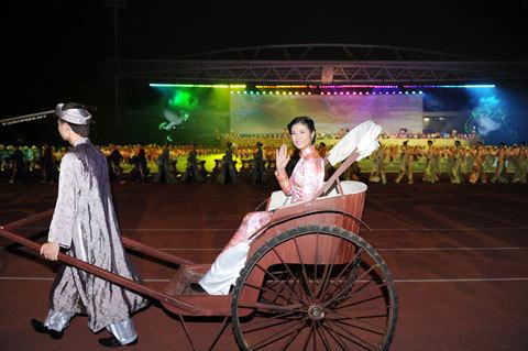 Ngọc Hân ngồi xe kéo đi quanh sân khấu chào khán giả trong đêm Tổng duyệt. Ảnh Alex Trần.
