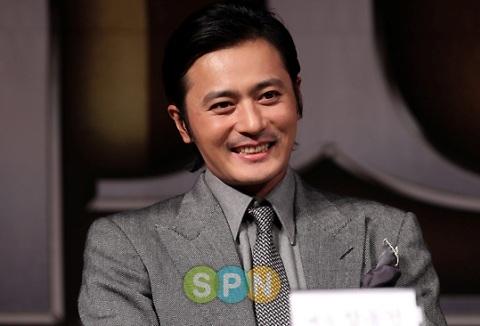 Jang Dong Gun cười tươi khi nói về con trai. Ảnh: SPN.