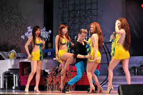 Đàm Vĩnh Hưng cùng nhóm Nhật Nguyệt sôi động trong ca khúc