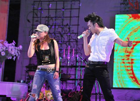 Thanh Thảo (trái) và Dương Triệu Vũ cũng đầy khoáy động sân khấu bằng vũ đạo đẹp trong ca khúc