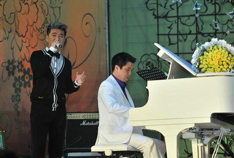 Nhạc sĩ Hoài Nam (người đệm đàn) là thầy giáo dạy nhạc đầu tiên của Đàm Vĩnh Hưng. Đàm Vĩnh Hưng tỏ lònng kính trọng người thầy đã dìu dắt