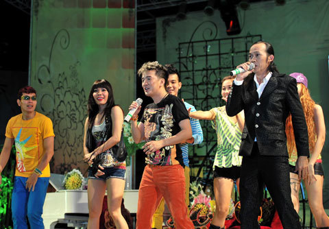 Mr Đàm cũng bày tỏ sự cảm ơn đến với danh hài Hoài Linh đã giúp đỡ anh làm những album đầu tiên. Cả hai vui nhôn trong ca khúc