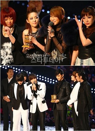 Nhóm 2NE1 được giải Bài hát của năm và nhóm 2pm (dưới) giành giải Nghệ sĩ của năm tại MAMA 2009.