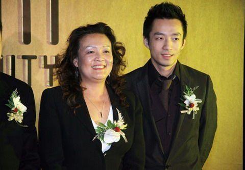 Uông Tiểu Phi và mẹ, bà Trương Lan. Ảnh: 163.