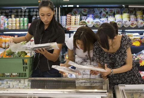 Tại siêu thị, các thí sinh tranh tranh thủ thời gian ít ỏi do ban tổ chức cung cấpa, chọn ra những món thực phẩm tốt nhất cho bản thân mình