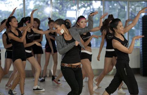 Bên cạnh thử thách về chế độ dinh dưỡng, các thí sinh còn được chuyên gia Annie Nguyễn (giữa)hướng dẫn bài tập thể dục lấy cảm hứng từ vũ điệu zumba uyển chuyển. Bài tập này giúp họ kiểm soát tốt hơn ngôn ngữ hình thể trong mỗi lần chụp hình hay biểu diễn trên sàn catwalk