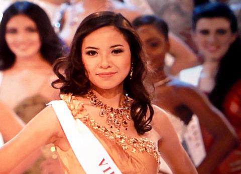 Vẻ rạng rỡ của Kiều Khanh tại buổi tổng duyệt cho đêm chung kết Miss World 2010.