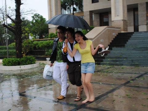 Từ trái sang phải: Phan Ngọc Luân,, Đinh Mạnh Ninh, Kỳ Anh Trang đội mưa tập luyện cho đêm nhạc rock. Ảnh: DL