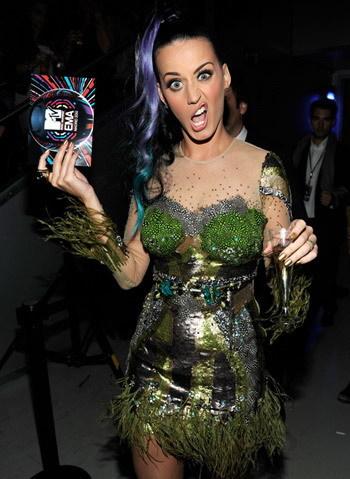 Katy Perry trêu đùa các paparazzi tại lễ trao giải. Ảnh: mtv.