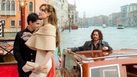 Angelina Jolie và Johnny Depp trong The Tourist. Ảnh: sony.