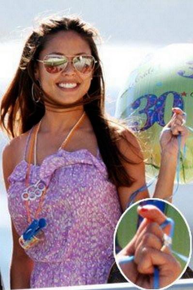 Vanessa Minnillo khoe nhẫn đính hôn trong kỳ nghỉ ở Mexico hôm 5/11. Ảnh: SplashNews.