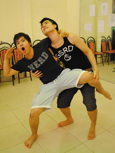 Đinh Mạnh Ninh (trái) cùng Tiến Mạnh (phải) đùa giỡn nhau trong lúc tập.