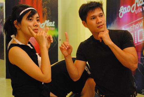 Lan Trinh (trái) cùng Lương Viết Quang tạo dáng xì tin.