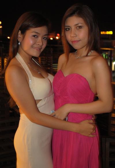 Phương Thúy (trái) và Thùy Trang mặc áo dạ hội them dự buổi tiệc nhỏ do các thí sinh tự tổ chức với nhau.