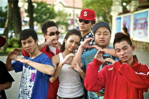 Rapper Suboi (ở giữa) tên thật là Hàng Lâm Trang Anh, năm nay mới 20 tuổi.