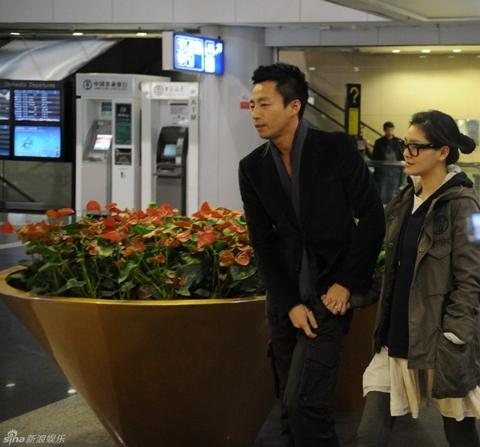 Từ Hy Viên và Uông Tiểu Phi ở sân bay. Ảnh: Xinhuanet.