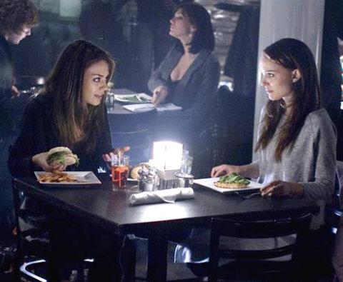 Natalie Portman và Mila Kunis trong một cảnh phim. Ảnh: Fox Searchlight.