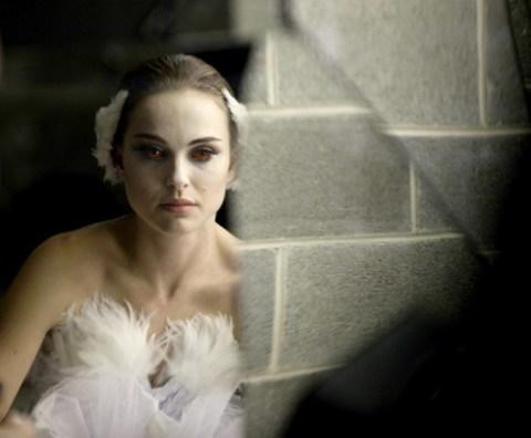 Diễn xuất của Natalie Portman trong vai nữ vũ công Nina nhận được nhiều lời khen ngợi. Ảnh: Fox Searchlight.