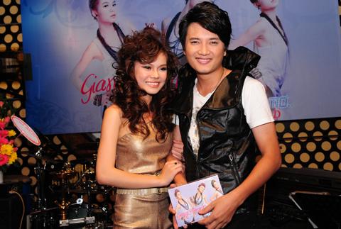 Diễn viên, ca sĩ Bá Thắng (phải)