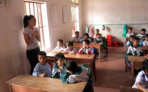 Mỹ Tâm đến tận từng lớp học để hỏi thăm tình hình học tập và sức khỏe